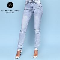 Светлые джинсы с потертостями внизу 17610